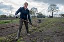 Jolanda van Kessel verspreidt de verzamelde kippenmest over het land.