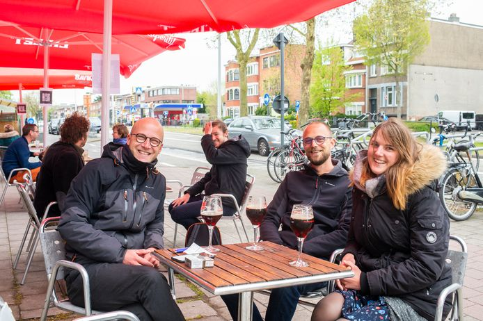 Pieter, Tom en Julie zakten zaterdag af naar Café Manger in Mortsel voor het eerste terrasje van het jaar