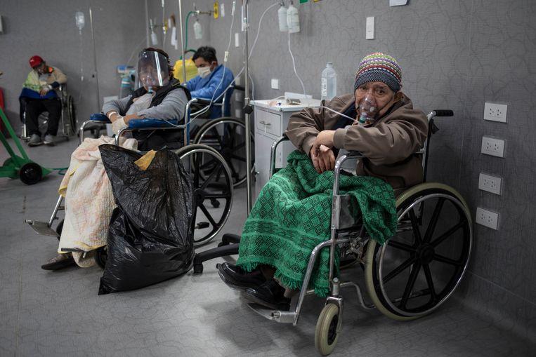 Met corona besmette patiënten krijgen extra zuurstof in het overvolle ziekenhuis Guillermo Almenara in Lima (Peru) Beeld AP