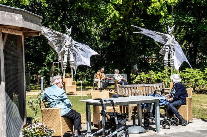 Close Act Theatre onthaalde ten tijde van de lockdown in mei de bewoners van zorgcentrum Het Laar op een show in de tuin.