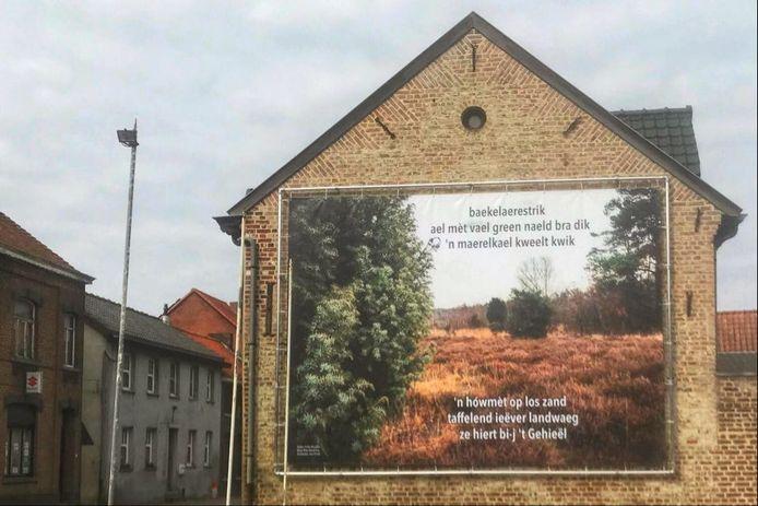 Het spandoek is te zien aan de Dorpsstraat in As.
