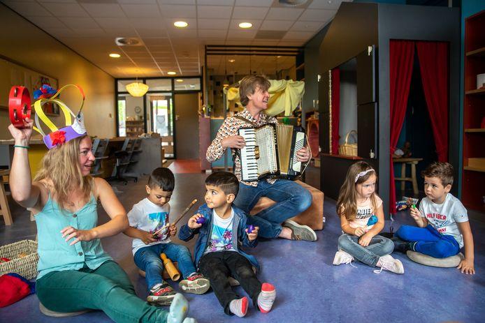 Kleintje Monopole met directeur Berrie Kolmans op de accordeon