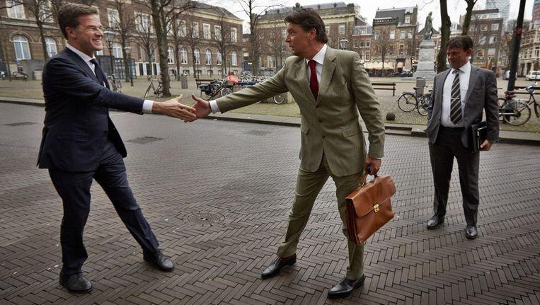 Premier Mark Rutte schud de hand van Edwin de Roy van Zuydewijn. Beeld ANP
