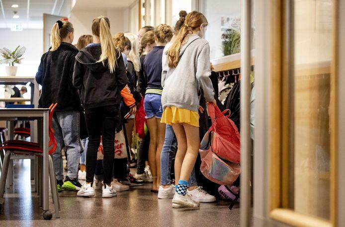 Leerlingen komen aan op een basisschool op de eerste dag van het nieuwe schooljaar