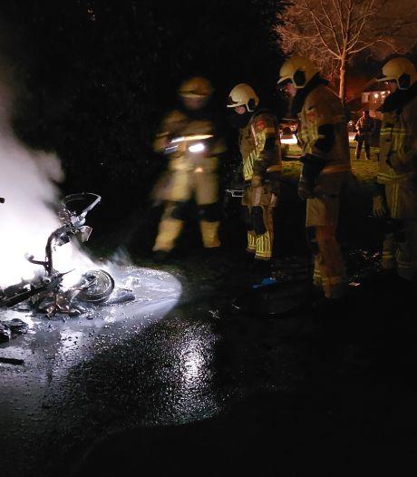 Scooter in brand gestoken op speelplaats in Hengelo