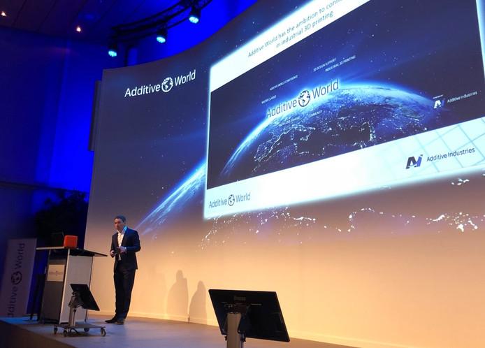 Topman Daan Kersten van Additive Industries op het podium van Additive World.