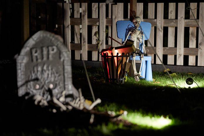 Een graf met menselijke resten en een skelet dat een broodje roostert. In de aanloop naar Halloween een heel gebruikelijk beeld in Lochem.