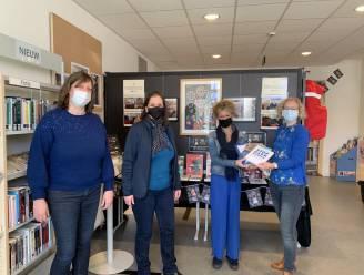 Olen Tegen Kanker schenkt boeken over darmkanker aan bibliotheek