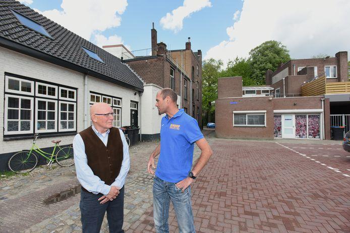 Tilburg Greg van Hest en Ysbrand van Hettema achter het pand van Gregs winkel aan het Wilhelminapark.