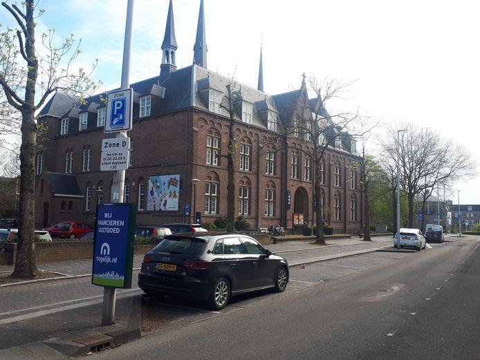 In de binnenstad van Woerden is het parkeerbeleid op de schop gegaan. Het centrum is verdeeld in vier zones. Langs de Wilhelminaweg (zone D) kan alleen nog geparkeerd worden tegen het dagtarief van 20 euro.