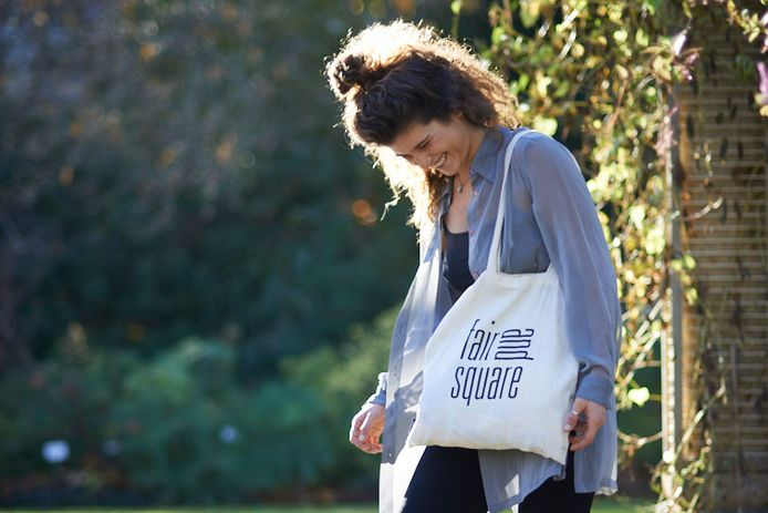 Lien Uten met een herbruikbare zak van Fair and Square