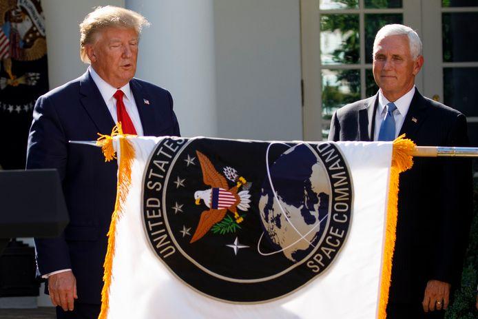 President Donald Trump en vice-president Mike Pence zien hoe de vlag van U.S. Space Command wordt ontrold.