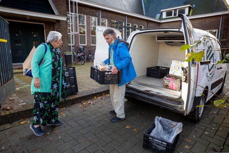 Clara en Sjaak Sies, de oprichters van de voedselbank, in de weer bij de Gaarkeuken Rotterdam. Beeld Werry Crone