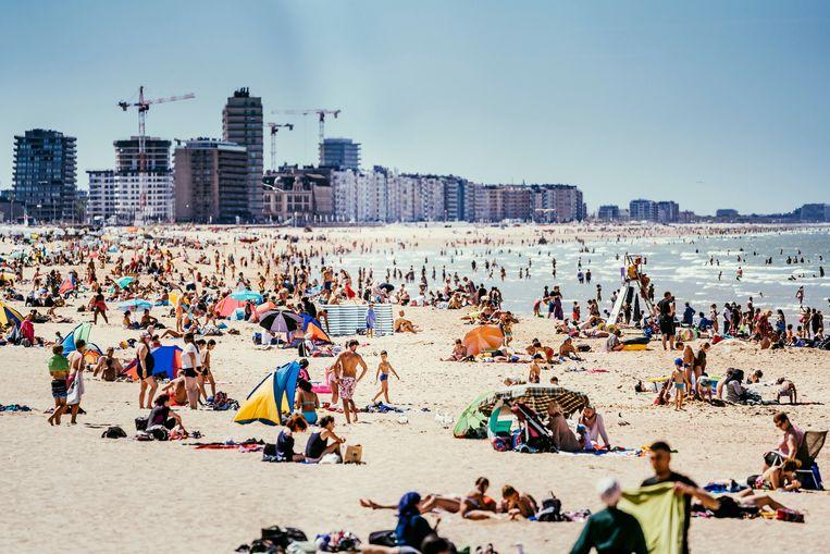 Oostendse badgasten vorige zomer tijdens een hittegolf. Beeld © Stefaan Temmerman