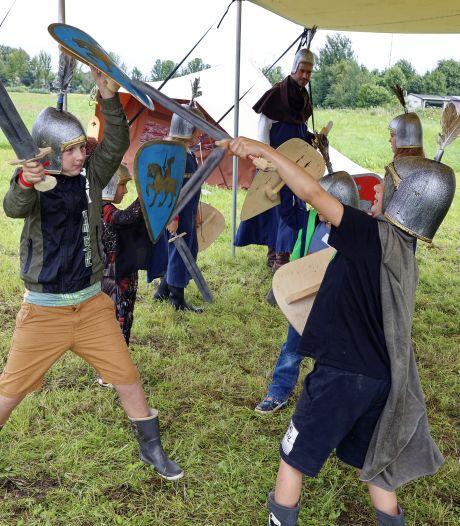 Ridders in opleiding: zwaardvechten, paardentraining en schilden maken