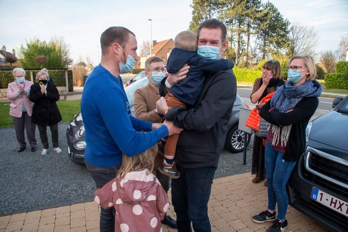 Wim kan na drie maanden zijn kleinkinderen weer knuffelen.