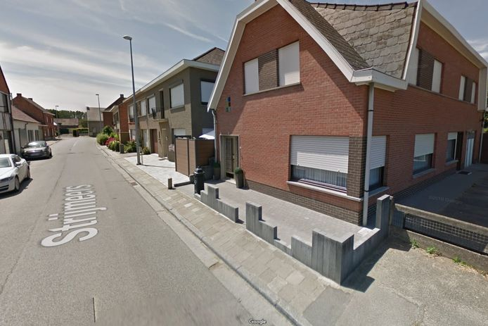 De onfortuinlijke fietser belandde over de betonnen afsluiting voor een woning.