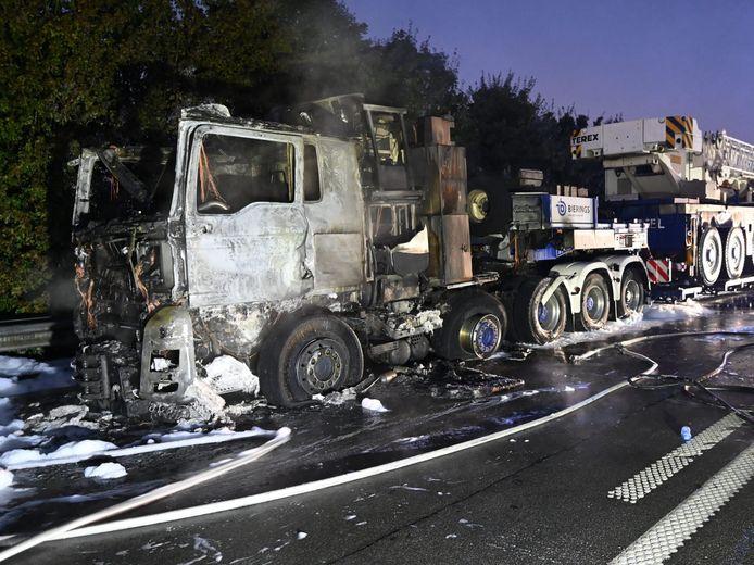De vrachtwagen geraakte zwaar beschadigd.