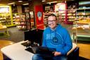 Roy Bosman is een van de honderd vrijwilligers die in de campagne Mensen Maken Nederland zijn verhaal doet. Hier is hij in de bibliotheek in Brummen.