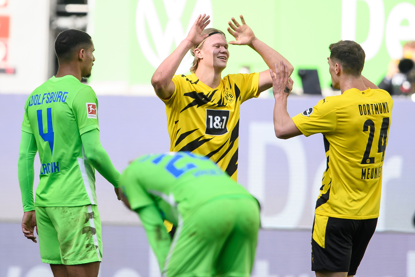 Erling Haaland viert zijn goal.