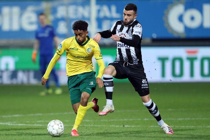 Rai Vloet scoorde net voor rust de 1-0 voor Heracles. Het was zijn negende dit seizoen.