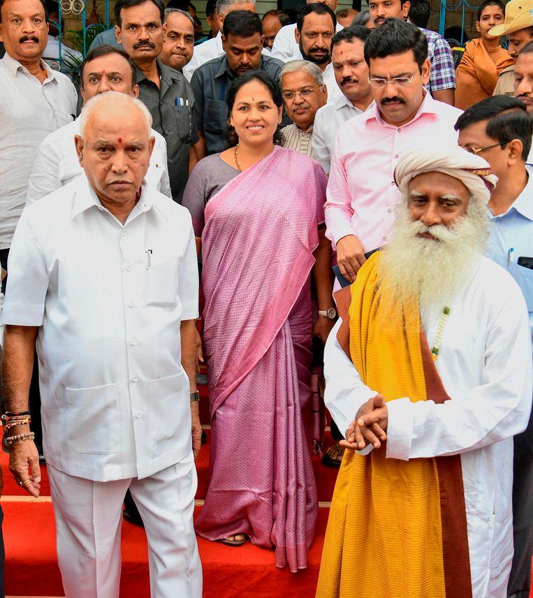 Sadhguru heeft ook politiek een lange arm. Hier is hij te zien met de Indiase politicus B.S. Yediyurappa (l.), een partijgenoot van premier Narendra Modi, ook al een goede vriend van de goeroe. Beeld AFP