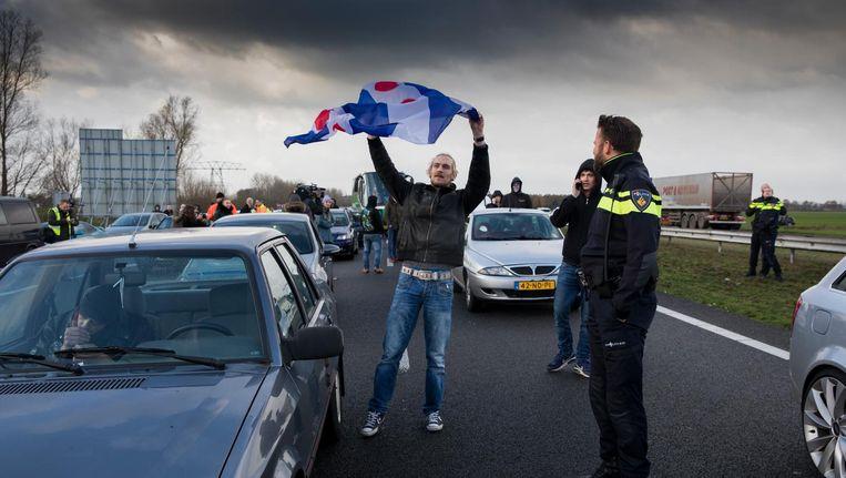 De actievoerders parkeerden hun auto's op de snelweg ter hoogte van Oudehaske. Beeld anp