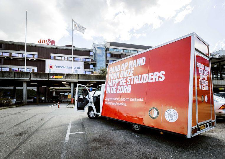Beeld van maart dit jaar: Ajax en Feyenoord bedanken zorgmedewerkers van het Amsterdam UMC. Beeld EPA