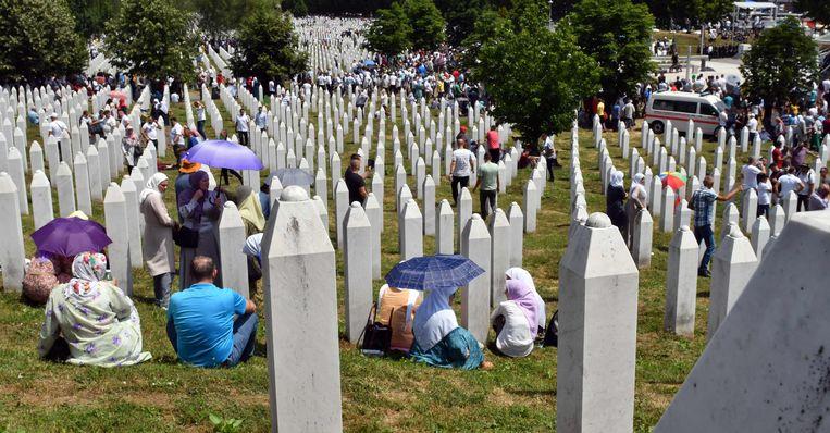 Bosnische vrouwen op de begraafplaats waar de slachtoffers van de genocide in Srebrenica begraven liggen. Beeld AFP