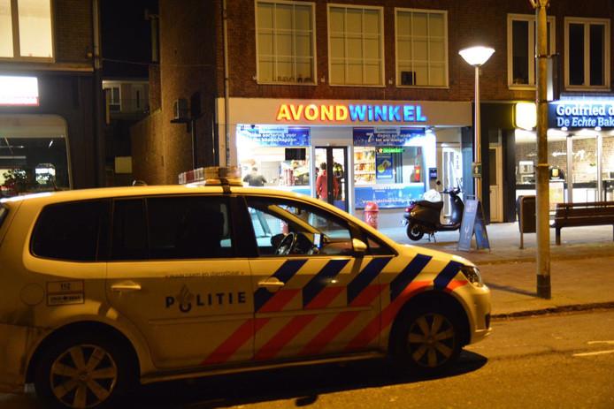 Op tapgesprekken hoort de politie hoe er plannen werden gemaakt voor een overval op 'die blauwe'. Dat moet de avondwinkel van de Heezerweg zijn geweest, denkt het OM
