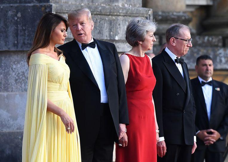 Donald Trump en Melania, naast Theresa May en haar echtgenoot Philip tijdens een welkomstceremonie in Bleinheim Palace in Oxfordshire. Beeld EPA