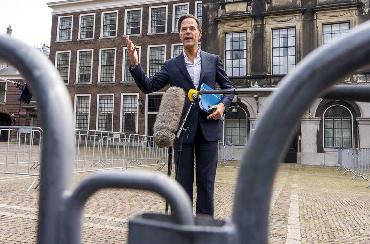 Mark Rutte (VVD) staat de pers te woord op het Binnenhof na afloop van een gesprek met informateur Mariette Hamer over de kabinetsformatie.  Beeld ANP