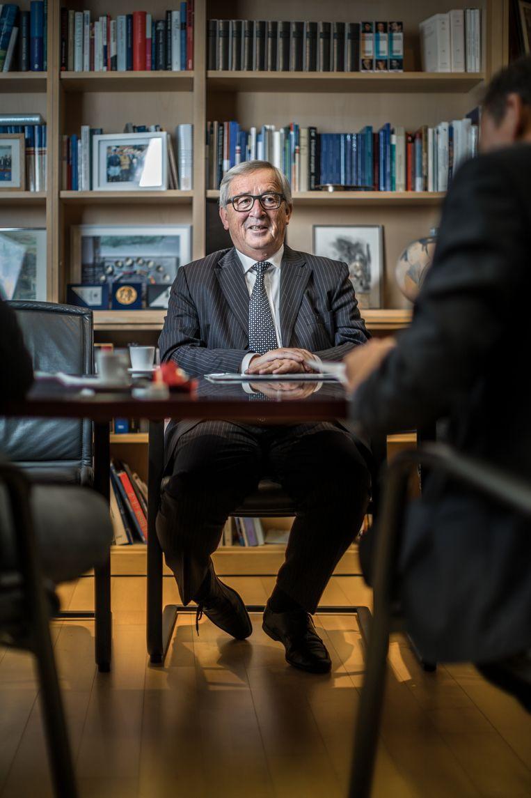 """Juncker in z'n kantoor. """"Ik ben het niet altijd met u eens als ik u lees, maar dat moet ons niet beletten om er een aangenaam gesprek van te maken."""""""