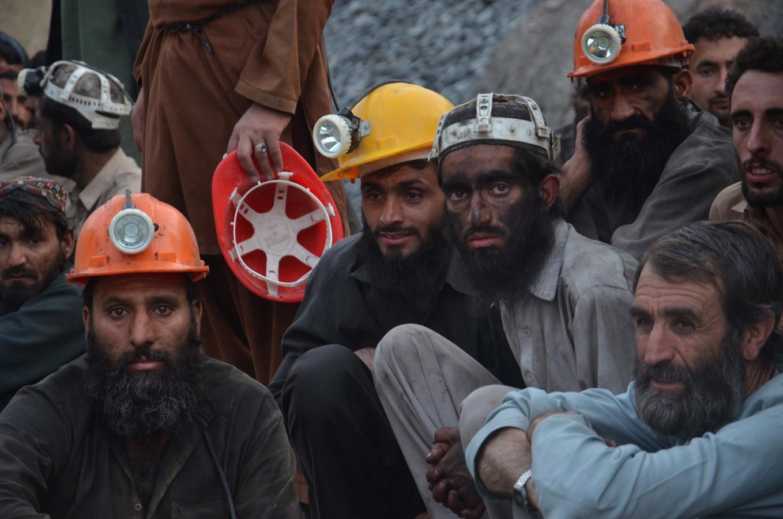 Mijnwerkers wachten op de resultaten van de reddingsactie nadat een explosie een mijn deed instorten in Quetta, Pakistan.