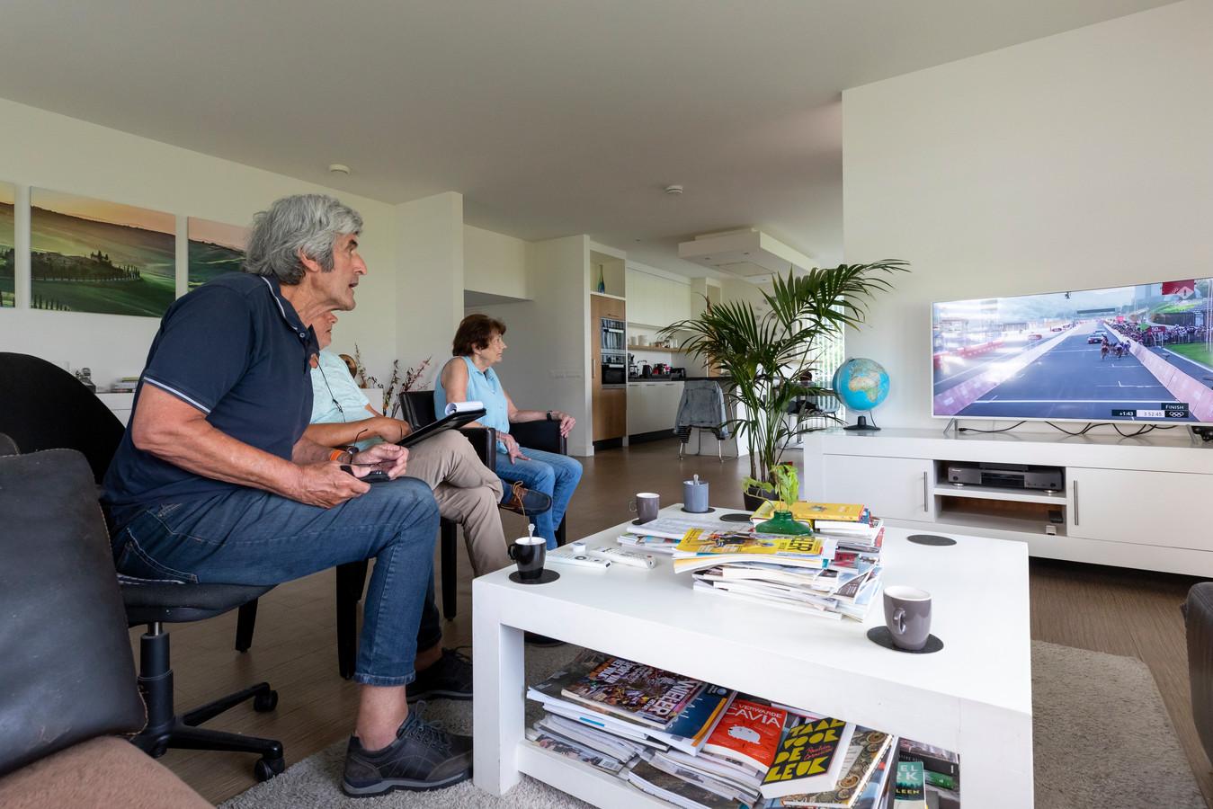 Vader Henk en moeder Conny Vos zien op de televisie dat hun dochter Marianne vijfde gaat worden in Tokio.