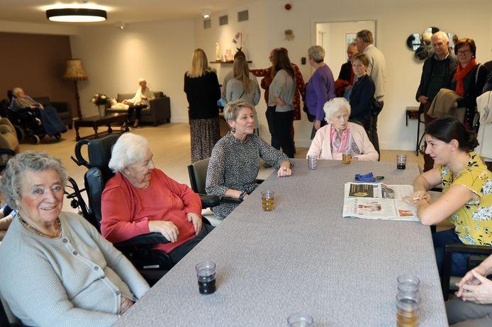 Directrice Ingrid Bierinckx neemt plaats aan tafel bij de bewoners van het Binnenhof, de beveiligde afdeling van het rusthuis.