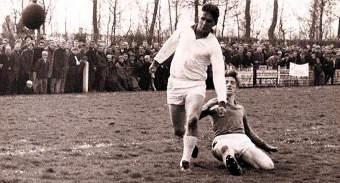 ELIspeler Toon van Berlo rechts zet een tackle in tijdens een wedstrijd tegen Liessel in het kampioensjaar 1967.
