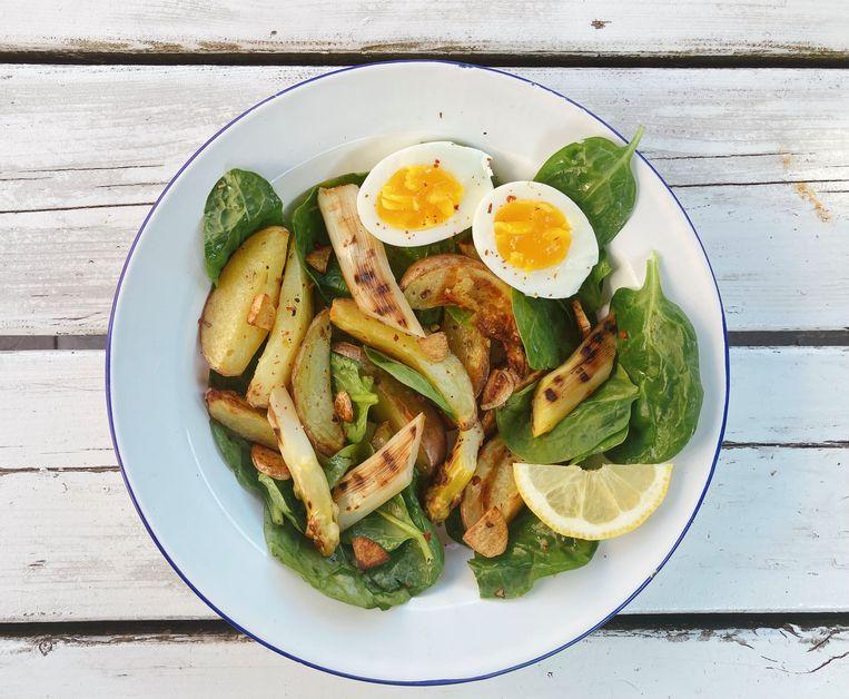 Salade van spinazie en aardappeltjes uit de oven. Beeld Tallina van den Hoed