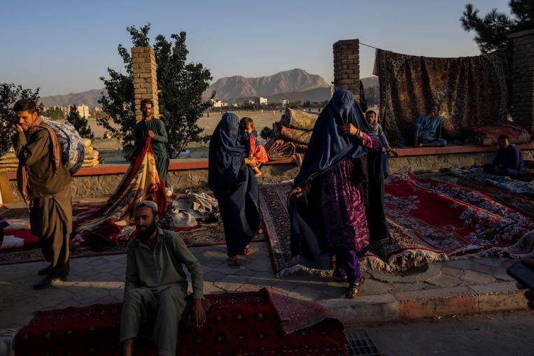 Vrouwen in boerka op een markt in Afghanistan. Beeld AP