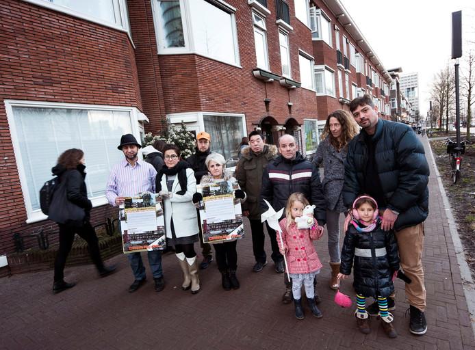 Bewoners van de sociale huurwoningen aan de Croeselaan die toch moeten wijken voor nieuwbouw.