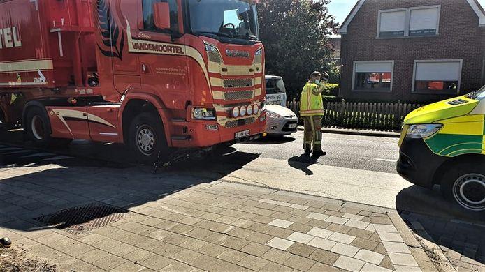 De 83-jarige fietser uit Diksmuide kwam onder de vrachtwagen terecht in de Poelkapellestraat. Op de foto is de fiets nog zichtbaar onder de vrachtwagen.
