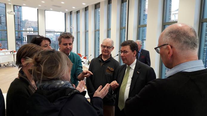Boze of verontruste bewoners van de Wageningse wijk Noordwest in discussie met Gelders Commissaris van de Koning Clemens Cornielje over het Rondje Campus langs hun wijk