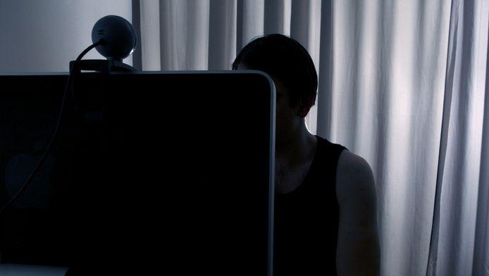 Frank R. wordt ervan verdacht bijna driehonderd meisjes van tussen de 10 en 17 jaar via internet te hebben verleid tot het verrichten van seksuele handelingen.