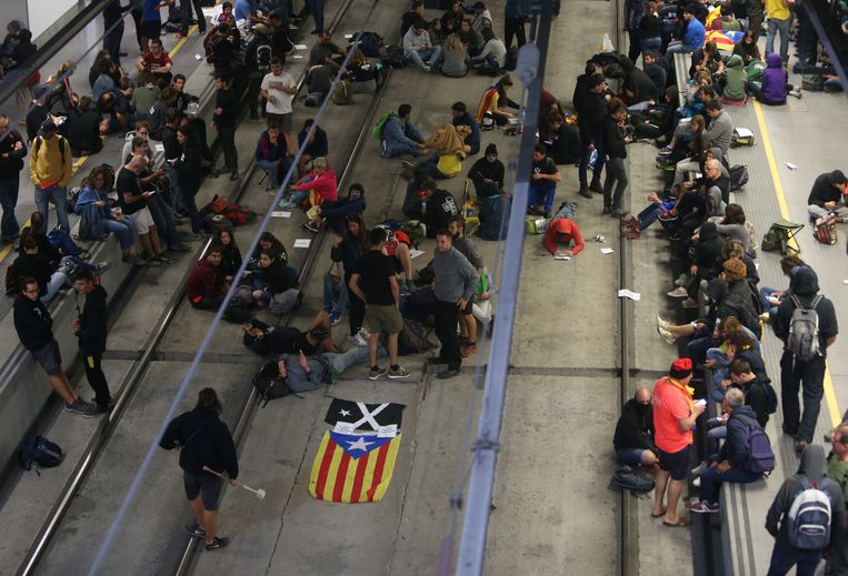 Demonstranten blokkeren de sporen van het treinstation van Girona.