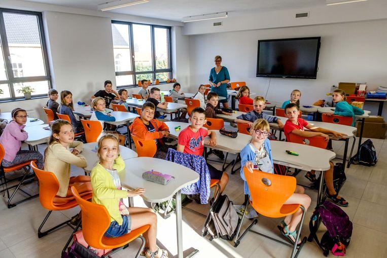 De leerlingen testen meteen de nieuwe stoeltjes uit. Ideaal om er een filmpje te bekijken op de grote flatscreen.