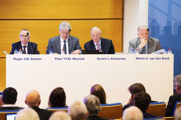 Mannen achter de tafel bij een aandeelhoudersvergadering van hightechbedrijf ASML.  Beeld ANP