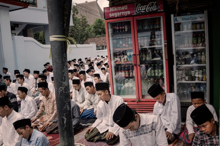 Studenten op een koranschool op Java tijdens het vrijdaggebed. Beeld Rony Zakaria