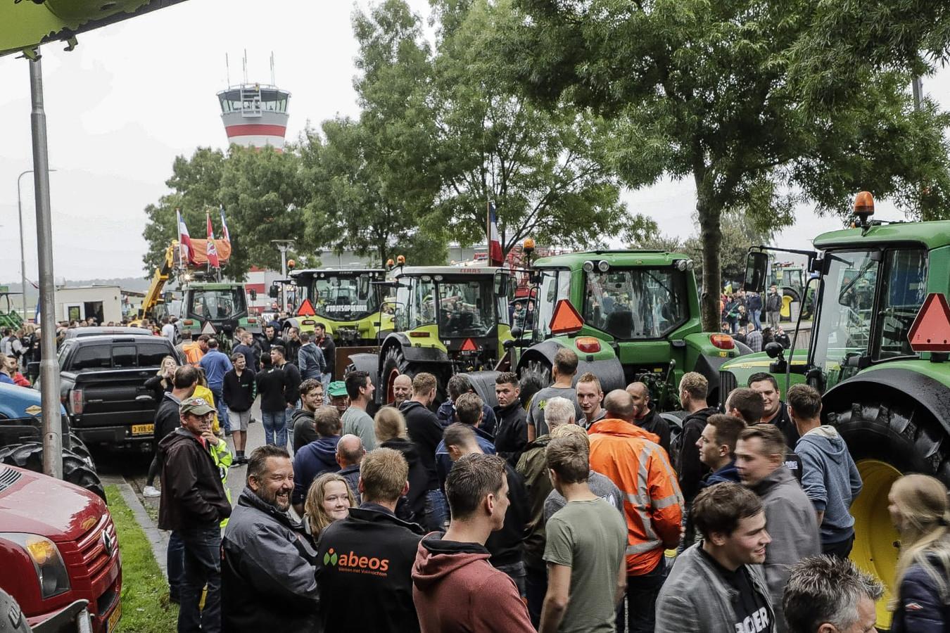 De boeren verzamelen zich bij Lelystad Airport.