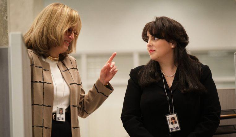 Een still uit de reeks 'Impeachment'. Rechts de fictieve Lewinsky, links Sarah Paulson als Linda Tripp. Haar spel was zo waarheidsgetrouw dat ze Lewinsky soms flasbacks bezorgde. Beeld rv