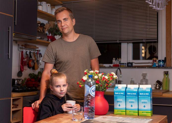 Maciek Wielgat en zijn 9-jarige dochter Maia hebben waarschijnlijk waterleidingen waar lood in zit. Hij voelt zich naar eigen zeggen 'ontzettend rot, omdat hij zijn dochter tien jaar lang heeft vergiftigd'.